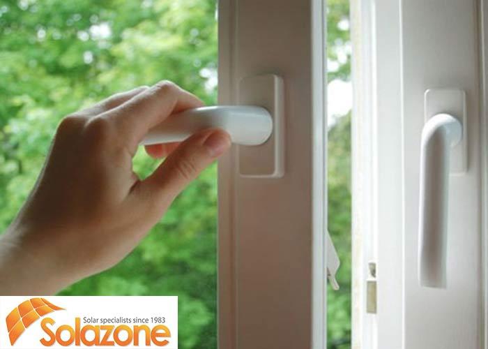 Đóng kín cửa để giảm ẩm cho ngôi nhà