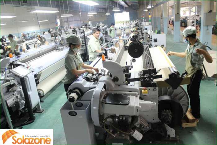 nhà xưởng chứa nhiều công nhân và thiết bị máy móc